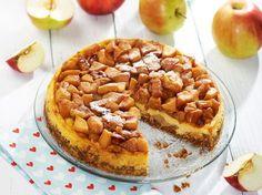 Így készül a karamellizált almás sajttorta.