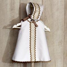 Conjunto de faldón y capota a juego en piqué blanco y bolillo  ideal para bautizo en Tienda on line Ellababyshop.com