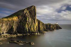 Farol de Neist Point, Glendale, Escócia, Reino Unido. Construído em 1900, localiza-se no lado ocidental da famosa Ilha de Skye, a maior do arquipélago das Hébridas, na Escócia. A caminhada até o farol conta com uma paisagem maravilhosa, com  vista das enormes falésias, além da própria construção histórica, e da bela vista do pôr-do-sol.  Fotografia: iStock.