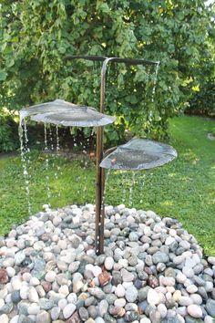 Aus Bronze geschmiedete Ginkgoblätter zeichnen diesen schönen Brunnen aus