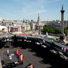 Trafalgar Square, London, from the rooftop bar of the Trafalgar hotel. London Rooftop Bar, Hotel Rooftop Bar, Best Rooftop Bars, Rooftop Restaurant, Trafalgar Square, London Hotels, London Places, London Eye, London Tips