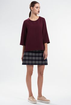 VERVE TOP by PULSE The loose cut of this oxbloodtop gives added movement and is balanced out by the cropped sleeves and slide slits, at the hem line. Slips on. Material: Felt-blend 71% Polyester  24% Rayon  5% Spandex  Colour: Oxblood Size: EU 34 - US 2 to EU 44 - US 12 Care: Dry clean.