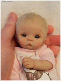 Polymer Clay baby by Christine Shapiro (christineooaks). Tiny Dolls, Ooak Dolls, Cute Dolls, Mini Bebidas, Baby Fairy, Clay Baby, Realistic Dolls, Polymer Clay Dolls, Reborn Baby Dolls