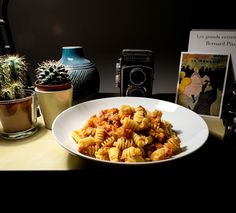Radiatori au thon tomaté et câpres Vegan Foods, Pasta Salad, Ethnic Recipes, Food, Kitchens, Tuna, Tomatoes, Recipes, Crab Pasta Salad