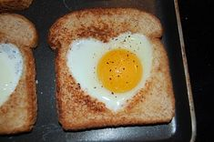 Easy Mother's Day Breakfast recipes - Simple but sweet, these eggs in a heart nest can be prepared at the last minute with ingredients you have on hand. Mothers Day Breakfast, What's For Breakfast, Romantic Breakfast, Perfect Breakfast, Brunch Recipes, Breakfast Recipes, Dessert Recipes, Valentine's Day Quotes, Eggs In A Basket