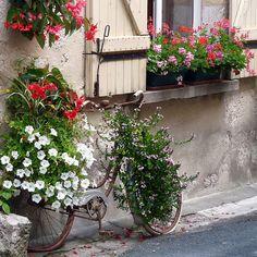 Bicicleta como objeto de decoração em jardins.