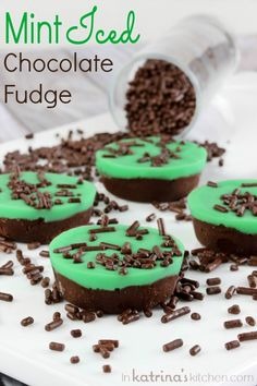 Mint Iced Chocolate Fudge Recipe- perfect for St. Patrick's Day B B McCormick Spice Mint Recipes, Fudge Recipes, Candy Recipes, Sweet Recipes, Köstliche Desserts, Delicious Desserts, Dessert Recipes, Yummy Food, Chocolate Fudge