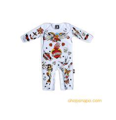 """Pijama modelo """"Old School"""" para bebe de la marca Six Bunnies -delantera- (KK 515). 100% de algodón de manga larga. Pijama blanco con estampado en parte delantera y trasera."""