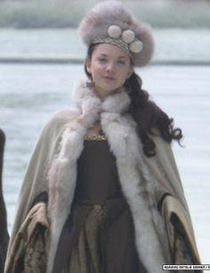 Natalie Dormer as Anne Boleyn in the Tudors in the most beautiful winter ensemble. Love this look.