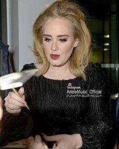 ا ادل در حال امضا کردن آلبوم 25 از دست هواداران چند روز بعد از انتشار  Nov 2015  @Adele #ادل#آدل#موسیقی#موزیک#سلبریتی#خواننده#آهنگ#آلبوم#ویدیو#کلیپ#عکس#کنسرت#کنسرت_زنده #Adele#Music#daydreamer#clip#video#Album#celebrity#clips#concertlive #single#song#AdeleConcert#Adelevideo http://tipsrazzi.com/ipost/1505020408049909899/?code=BTi6BZRh0CL