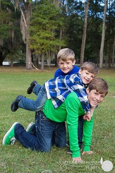 Family Pictures Idea Outdoors | CHILDREN 3 brothers family posing idea outdoors | Photography