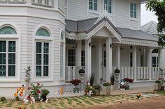 บ้านสไตล์โคโลเนียล - บ้านไอเดีย เว็บไซต์เพื่อบ้านคุณ White Houses, Colonial, Mansions, House Styles, Home Decor, White Homes, Decoration Home, Room Decor, Fancy Houses
