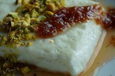 Μια πανεύκολη συνταγή για ένα γλυκό με υπέροχη κρέμα και μεταξένια υφή από τη Πολίτικη κουζίνα. Απολαύστε το με γλυκό κουταλιού Τριαντάφυλλο και απογειώστε