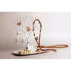 Underbart smyckesträd / nyckelhållare ifrån Qualy. Smyckesträdet föreställer en detaljrik hjort med långa och dekorativa horn, där du enkelt hänger upp dina smycken, solglasögon, ringar & nycklar mm.