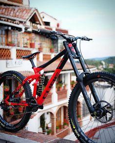 MTB Downhill and Slopestyle bikes. Mountain bike setups and tri… Mountain biking. MTB Downhill and Slopestyle bikes. Mountain bike setups and tricks. Best Mountain Bikes, Mountain Biking, Hardtail Mountain Bike, Mountain Bike Frames, Mt Bike, Bicycle, Montain Bike, E Skate, Downhill Bike