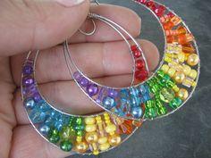 Mega kruhy - Rainbow Velké nerezové kruhy jsou vypleteny korálky v barvě duhy. Hypoalergenní.  Rozměr: 5,5 x 6 cm