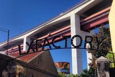 Foto: Diogo Viana/Cortesia LX Factory  Em uma antiga edificação industrial, foi concebida uma ilha criativa ocupada por empresas e profissionais da indústria que também tem sido cenário de um diverso leque de acontecimentos ultramodernos e contemporâneos, nas áreas da moda, publicidade, comunicação, multimidia, arte, arquitetura, música, etc. Essa dinâmica tem atraído inúmeros visitantes a re-descobrir esta zona de Alcântara.