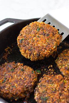 Vegetable Burger Recipe, Quinoa Veggie Burger, Best Veggie Burger, Lentil Burgers, Vegan Bean Burger, Vegan Burgers, Vegetarian Burger Patties, Lentils And Quinoa, Vegan Patties