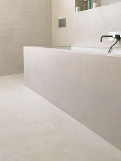 W il microtopping! Non conosci questo materiale? Guarda la foto: pavimenti, rivestimenti e vasca sono coperti da microtopping. Impermeabile, igienico e facile da pulire. Ma non finisce qui. Leggi il mio articolo sul microtopping per capire come sfruttarlo dentro la tua casa! #bagno #arredobagno #interiordesign #bathroom #bathroomdesign #bathroomideas #salledebain