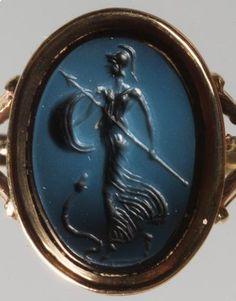 Gemme: Laufende Minerva. Römisch, Republikanisch 1. Jh. v. Chr. Nicolo, hellblaue auf dunkelblauer Schicht. In moderner Goldfassung als Ring.