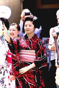 maiko Satsuki (with shikomi of Tsurui okiya on her right)
