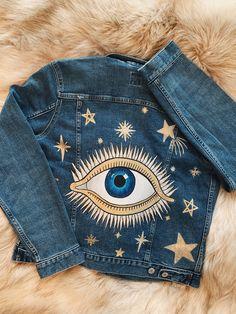 Paint On Clothes, Custom Clothes, Diy Clothes, Painted Denim Jacket, Painted Jeans, Jean Jacket Design, Painted Jackets, Denim Art, Aesthetic Shirts