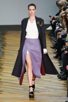 Défilé Céline automne hiver 2014-15 : On aime la jupe violette à revers rouge ! #PinPFW