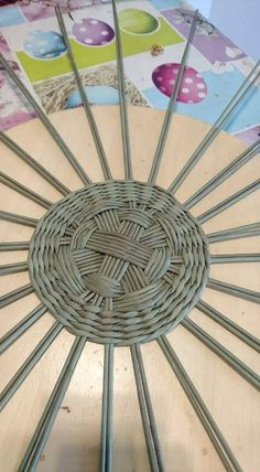 Inizio tondo 48 montanti a gruppi di 6 poi 2 Paper Basket Weaving, Willow Weaving, Upcycled Crafts, Easy Crafts, Diy And Crafts, Newspaper Basket, Newspaper Crafts, Handmade Christmas Decorations, Christmas Crafts