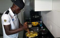 """Poliglota, chef e """"pai"""" de família: Joel abre a casa e ensina receita africana  http://santosjogafutebolarte.comunidades.net/seu-placar-de-santos-x-ferroviaria"""