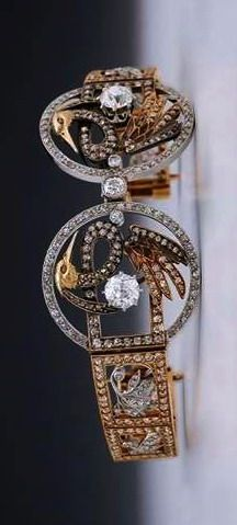 LUIS MASRIERA: spectacular tiara made between 1901 and 1910, which can also be used as a bracelet, yellow gold and platinum with 503 diamonds totaling 12.5 carats in total.