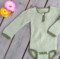 En lun rillestrikket body er godt å ha på regntunge vårdager. Denne er fra Nøstestrikk nr 3.   Nøstebarn Baby Barn, Sweaters, Fashion, Moda, Fashion Styles, Sweater, Fashion Illustrations, Sweatshirts, Pullover Sweaters