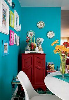 Boa ideia para alegrar a cozinha, os quadrinhos de molduras clássicas e coloridas ficaram lindas sobre o fundo turquesa. Decoração criada por Neza Cesar