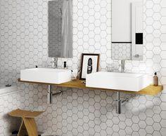 Witte hexagon tegels: mooi voor in de moderne badkamer. En in combinatie met het juiste sanitair ook leuk in de klassieke badkamer. Zeshoekige witte tegels!