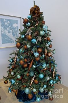 Blue And Gold Xmas Tree by Richard Reeve Blue and gold christmas tree Blue Christmas Decor, Gold Christmas Decorations, Christmas Tree Themes, Christmas Colors, Christmas Holiday, Christmas Wreaths, Christmas Manger, Holiday Decor, Christmas Quotes