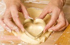 Cómo hacer galletas caseras perfectas. Os damos consejos para hacer galletas caseras perfectas: cómo estirar la masa, cortar las galletas, cocinar las galletas... Biscuit Cookies, Cupcake Cookies, Cupcakes, Sweet Desserts, Easy Desserts, Sweets Recipes, Cookie Recipes, Kinds Of Cookies, Latin Food