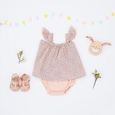 Look • Ensemble top & culotte en crêpe de coton My little Cozmo • Hochet bois lapin Mielasiela • Sandalettes cuir à brides Bùho  #look #baby #naissance #enfant #mode