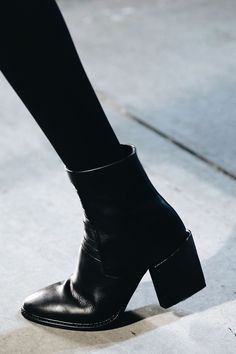 Love that chunky heel 1302 watch co com el look con tus skinny jeans que nunca falla High Heels Boots, Shoe Boots, Tennis Shoes Outfit, Carrie Bradshaw, Mode Inspiration, Mode Style, Me Too Shoes, Ideias Fashion, Espadrilles Outfit