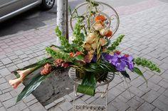 #Coș cu #flori de: #orhidee, #molucela, #cale, #trandafiri cu #livrare în Chișinău, Moldova.