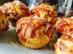 Hearty bacon and cheese muffins, a sophisticated recipe from the snacks and small dishes category. Gourmet Sandwiches, Healthy Sandwiches, Sandwiches For Lunch, Pizza Muffins, Cheese Muffins, Sandwiches Gourmets, Yummy Cupcakes, Food Humor, Different Recipes