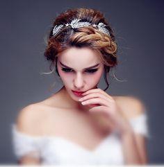 Headband de mariage Athéna aux allures de déesse avec ses motifs feuilles et étoiles entièrement cristal. Un ornement de cheveux de coiffure pour la mariée luxueux à adopter avec votre robe de mariée. Bijou de cheveux serre tete très original.