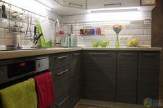 Угловая кухня, кухонный фартук из плитки