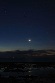 6月26日の知念岬、夜明前の空です。  東の空に光り輝く木星と金星、そして、おうし座のアルテバランが、海面にも映って、輝いています。  また、六連星の昴や、その他の星達も綺麗に輝いていました。