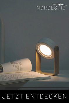ELEGANTES SCHLAFZIMMERLICHT Schlichtes Design, freundliche Farben und hochwertige Materialien zeichnen diese einzigartige Lampe aus. Trotz des minimalistischen und zeitlosen Designs fällt diese LED-Laterne direkt ins Auge. Der Lampenkopf ist um 360° drehbar und verleiht jedem Raum einen exklusiven Touch. Die Lampe wird über eine Touch-Bedienung gesteuert. Die hellen Holzständer vereinen Ästhetik und Qualität, während im Inneren eine 1200 mAh Lithiumbatterie für eine angenehme Beleuchtung.