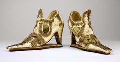 """Pero cuando el zapato de tacón se hizo tan popular que las clases bajas también empezaron a usarlo, entonces los aristócratas empezaron a subir la altura del tacón para diferenciarse de la """"plebe"""". Fue justo entonces, en ese momento, cuando nació el zapato de tacón alto."""