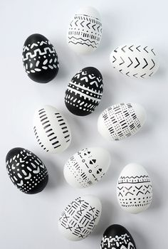 Black and white patterns adorn these pretty little DIY mud cloth inspired Easter eggs. With a few supplies, you've got some gorgeous eggs. eggs cascarones decorados DIY Mud Cloth Inspired Easter Eggs - Alice and Lois Easter Egg Designs, Easter Ideas, Easter Party, Easter Gift, Egg Decorating, White Patterns, Easter Baskets, Easter Crafts, Bunny Crafts