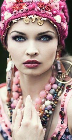 boho gypsy~love the hair accessory, the jewelry, the make-up! Boho Gypsy, Gypsy Style, Hippie Boho, Bohemian Style, Bohemian Summer, Bohemian Girls, Hippie Style, Hippy Chic, Boho Chic