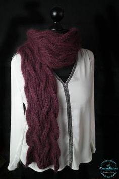 Super einfache Anleitung! Dieser wunderschönen fließenden Schal kannst du ganz einfach selbst stricken.