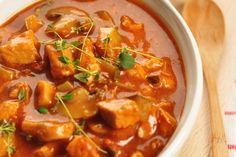 : Vegetarisches Gulasch? Das soll schmecken? Ja, und wie! Sie können als Fleischersatz auch Sojaschnetzel oder Tofu nehmen, aber wir setzen auf Seitan – dem Fleischersatz aus Weizen