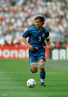 Paolo Maldini (Italy) in action during a quarter-finals match of the 1998 FIFA World Cup against France. France won after overtime and point shoot out. World Best Football Player, World Football, Soccer Players, Arsenal Football, Football Kits, Football Soccer, Soccer Stars, Sports Stars, Football Italy