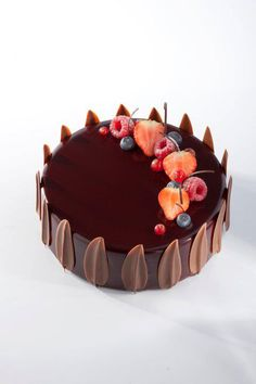 Wedding Cake Ideas // Art de la table : Gâteau au chocolat et fruits rouge Fancy Desserts, Fancy Cakes, Patisserie Fine, Decoration Patisserie, Mousse Cake, Love Cake, Pretty Cakes, Creative Cakes, Celebration Cakes